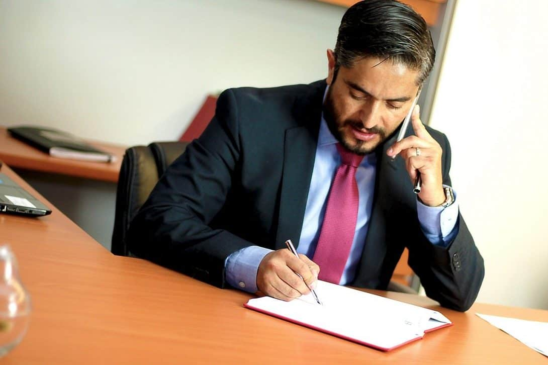 עורך דין בשיחת טלפון
