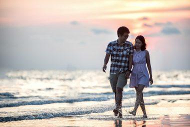 בני זוג על החוף