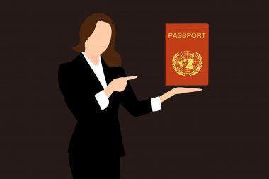 אישה מחזיקה דרכון